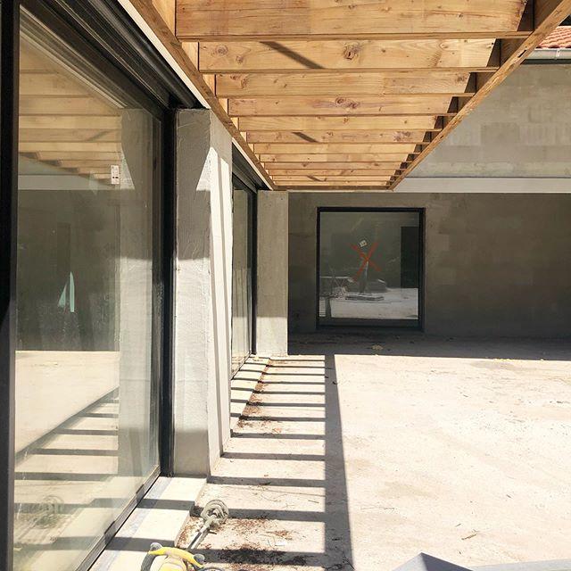 Projet de construction d'une maison individuelle à Hossegor. Chantier en cours : on commence la peinture et la pose des parements extérieurs